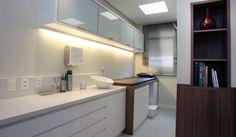CONSULTÓRIO DERMATOLOGIA - Com 1 sala de consulta/procedimento, espera, copa e WC. Área: 35m².
