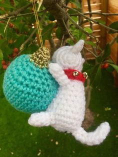 Designed and crocheted by me :) Amigurumi Neko Atsume Snowball ornament. Designed and crocheted by me :) Chat Crochet, Crochet Mignon, Crochet Diy, Crochet Amigurumi, Crochet Gifts, Amigurumi Patterns, Crochet Dolls, Cat Amigurumi, Crochet Angels