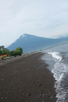 Sunrise on black sand beach of Amed with Mount Agung volcano in the background -  Dive with traditions: the Jukung dive in Amed, Bali, Indonesia - Scuba Diving - World Adventure Divers -Read more on https://worldadventuredivers.com/2012/01/30/dive-with-authenticity-the-jukung-experience-in-amed-bali/