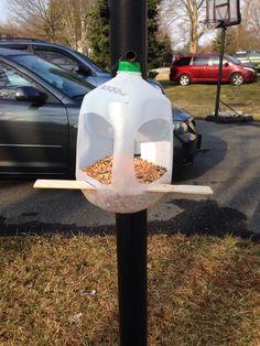 Milk jug bird feeders diy 29 Ideas for 2019 Homemade Bird Houses, Homemade Bird Feeders, Bird Houses Diy, Bird Feeder Craft, Bird House Feeder, Bird Feeders For Kids To Make, Crafts For Kids To Make, Plastic Bottle Crafts, Plastic Bottles