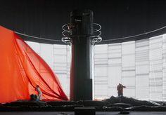 """Der öde Tag bricht an, und Isolde reißt die Vorhänge runter. Szene aus der Stuttgarter """"Tristan""""-Inszenierung im Bühnenbild von Bert Neumann."""