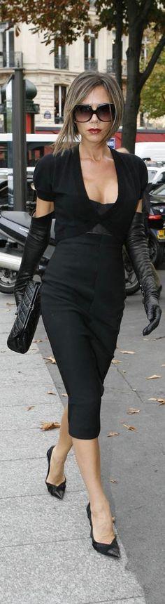 EL LOOK DE VICTORIA BECKHAM SIEMPRE HERMOSA Hola Chicas!! Una de la celebridades que a mi me encanta su look es el de Victoria Beckham, tiene un estilo muy elegante, clasico y muy femenino que a mi me fascina, les dejo una galeria de fotografías de outfits para diferentes ocasiones que a mi me gustan mucho. Feliz dia!!!!