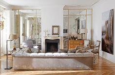 salón con dos espejos incrustado pared