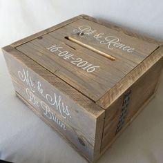 Deze enveloppendoos  is gemaakt van gebruikt #steigerhout. Hij heeft een afmeting van 40*40*23 cm. Het openen gaat via de ingevreesde gleuf op de bovenkant van de #enveloppendoos. De deksel valt precies in de #enveloppendoos waardoor het mooi een geheel is. #enveloppendoos #bruiloft #huwelijk #wedding #trouwen #trouwartikelen #trouwaccessoires #memorybox