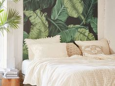 Un lé de papier peint aux motifs tropicaux