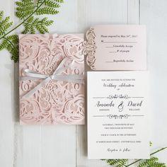 Faire-part mariage marocain avec carton en création sur-mesure Un élégant faire part pochette oriental avec une découpe laser en forme d'arabesque fleur- couleur rose pastel. Disponible en plusieurs styles et couleurs sur le site http://www.jecreemonfairepart.fr/