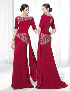 Vestidos de fiesta largo con escote de barco confeccionado en Crep rojo.