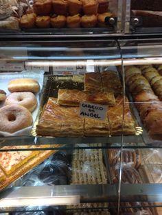 Esta imagen es de los varios tipos de productos horneados que encontramos en la panadería. Nos interesó que los precios de estos productos parecían más baratos que los precios en los Estados Unidos.