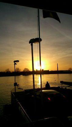 Ondergaande zon van af de stuurhut veer Eck en Wiel  Amerongen 2.12.2013  door Harm