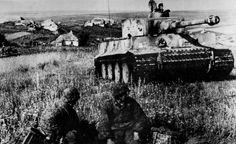 Солдаты войск СС отдыхают возле танка «Тигр» на Курской дуге