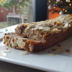 Heerlijke koolhydraatarme appel-kaneel cake in plakjes gesneden.