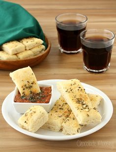 Tired of spending money eating out? Make these Pizza Hut Style Soft Garlic Parmesan Breadsticks at home for a fraction of the cost. Serve them with Pepperoni Dipping Sauce, which tastes like pizza . My Recipes, Baking Recipes, Favorite Recipes, Breadsticks Pizza Hut, Pizza Pizza, Recetas Light, Dessert Pizza, Garlic Parmesan, Bread Rolls