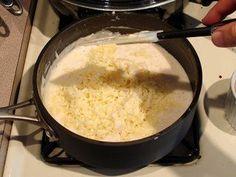 Cómo hacer Salsa cuatro quesos. Picamos la cebolla muy fina y reservamos. Desmenuzamos 25g de queso roquefort, 25 g de emmental, 25 g de cabra, rallamos 25 g de