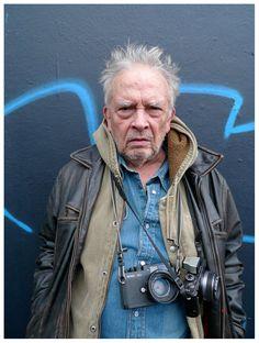 Held David Bailey nu...! Met een prachtige Voigtländer Bessa R3A meetzoeker-camera om z'n nek. AL