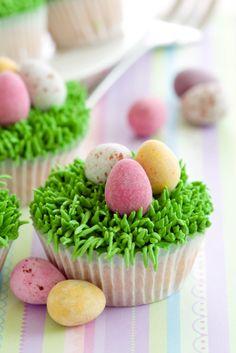 Estos ricos cupcakes de vainilla llevan un betún de merengue en forma de pasto con unos huevitos de dulce encima. Los puedes preparar con otros dulces como gomitas en forma de gusanitos. Son ideales para una fiesta de niños.
