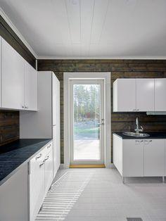 Kodinhoitohuoneen terassille vievä parvekeovi helpottaa arjen askareita. Kokolasinen parvekeovi näyttää kauniin pihanäkymän ja tuo valoa huoneeseen.