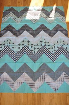 Chevron Quilt Tutorial - 8 fat quarters plus solid fabric needed Quilt Baby, Chevron Baby Quilts, Chevron Quilt Pattern, Baby Quilt Patterns, Rag Quilt, Quilt Blocks, Quilting Patterns, Fat Quarter Quilt Patterns, Neutral Baby Quilt