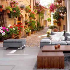 Fototapeta przedstawia malowniczą miejscowość jaką jest Spello. To piękne miejsce znajdujące się w prowincji Perugia, nie tylko kusi swoim wyglądem, ale i niesamowitym klimatem. Na fototapecie widzimy również dużo kolorowych kwiatów. Taka fototapeta nie tylko świetnie będzie się prezentować na ścianie, nada pomieszczeniu również włoskiego klimatu.