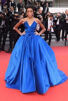 Winnie Harlow dans une robe de gala bleu longue col en V
