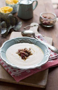 Velouté de panais et de butternut aux épices, lait de coco et crumble de noisettes et canneberges (vegan)