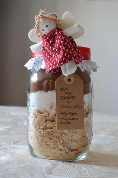 Per darvi altre idee per i regali di Natale low cost e fai da te, ho pensato di fare un'altra ricetta in barattolo che sono sicura piacerà anche ai più piccoli: il salame di cioccolato! Non p…