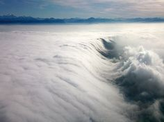 Cascada en un mar de nubes sobre Ginebra.