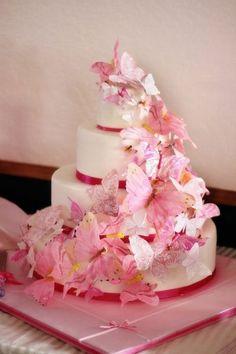 Tort de nunta, in nuante de roz, potrivit pentru un eveniment cu tematica fluturi.