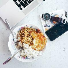 Double tap if you agree: Indomie warungan selalu lebih enak daripada masak di rumah. Asin asin gurih gimana gitu   Btw I'll be live on Periscope in 10 minutes. It's a #AskMeAnyhting session   Download Periscope app & follow my account @INIJIE. See you soon!  #inijiegram #food #TableToTable #kuliner #culinary
