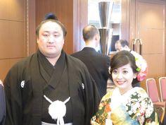 結婚式を挙げた後、披露宴会場に向かう佐田の海(左)と新婦の麻里菜夫人 / 佐田の海挙式、約5年の交際を経てゴールイン - 大相撲 : 日刊スポーツ #相撲 #佐田の海 #結婚 #挙式 #披露宴