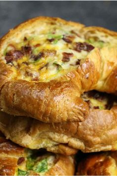 Cheesy Bacon Egg Boats – crispy bacon, fluffy egg and melted cheddar cheese baked in croissant breakfast boats! A quick and easy recipe that's ready in 30 minutes and feeds a crowd! Perfect for breakfast and brunch. So delicious! Breakfast Desayunos, Breakfast Items, Breakfast Croissant, Breakfast Dishes, Cheese Croissant, Croissant Recipe, Recipes For Breakfast, Croissant Sandwich, Gastronomia