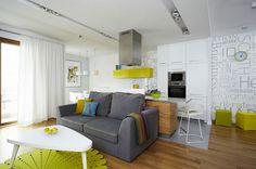 verde y amarillo vibrantes en la cocina abierta al salón