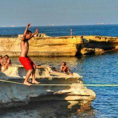 Waterline na República de Malta, um arquipélago situado no Mar Mediterrâneo, no sul do continente europeu. Alguma dúvida de que ainda vamos dominar o mundo?  @alexgellert  #slackclick #slackline #natureza #vidasaudavel #estilodevida #esporte #slacklining