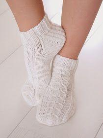 Blogi missä tehdään käsitöitä, sisustetaan vasta valmistunutta omakotitaloa maaseudun rauhassa ja höpistään niistä arjen pienistä iloista! Yarn Projects, Projects To Try, Slipper Socks, Slippers, High Socks, Ravelry, Tutu, Knitting, Crochet