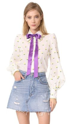 ¡Consigue este tipo de blusa con lazada de Marc Jacobs ahora! Haz clic para ver los detalles. Envíos gratis a toda España. Marc Jacobs Tie Neck Blouse: This cheerful Marc Jacobs blouse is accented with embroidered flowers and an optional sateen ribbon. Piping trims the fold-over collar. Buttoned placket. Long sleeves. Semi-sheer. Fabric: Embroidered voile. Shell: 100% cotton. Trim: 100% silk. Dry clean. Imported, Ukraine. Measurements Length: 25.5in / 65cm, from shoulder Measurements from…