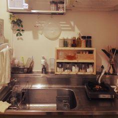 ワンルーム /一人暮らし/調味料 百均/ガラスポット/耐熱ポット/調味料収納…などのインテリア実例を紹介。「せまい。一口コンロが浮いてる」 (この写真は2014-05-21 12:49:00に共有されました。)