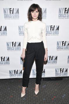 Felicity Jones en blouse Balenciaga par Alexander Wang de la collection automne-hiver 2014-2015 à New York, le 17 mars 2014