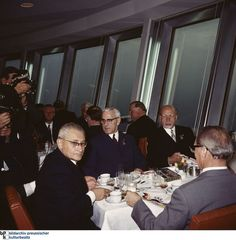 Im Inneren der Fernsehturm-Kugel befindet sich ein Restaurant. Von dort aus reicht der Blick bei gutem Wetter 40 Kilometer; DDR-Bürger konnten bei gutem Wetter bis hinüber nach West-Berlin schauen. Am Tag der Einweihung des Bauwerks, am 3. Oktober 1969, schien die Aussicht getrübt zu sein. Hier im Bild: Paul Verner, Willi Stoph, Walter Ulbricht und Erich Honecker (hier von hinten).