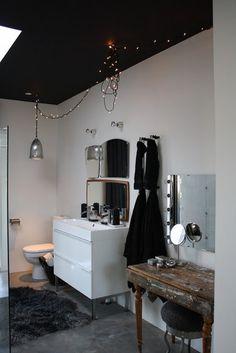 eclectic bathroom: black ceiling, modern washstand, vintage vanity, fairy lights and vintage mirrors Dark Ceiling, Colored Ceiling, Ceiling Color, Ceiling Lights, Bad Inspiration, Bathroom Inspiration, Home Interior Design, Modern Interior, Interior Paint