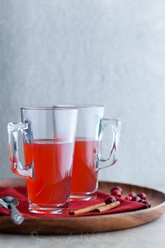 Maintenance: Healing Cranberry Spice Tea -- loaded with fresh cranberries, ginger, and lemon, this cozy brew will soothe stress (and boost your immunity, too). Smoothie Drinks, Detox Drinks, Smoothies, Juice Drinks, Fast Metabolism Diet, Metabolic Diet, Yummy Drinks, Healthy Drinks, Fresco