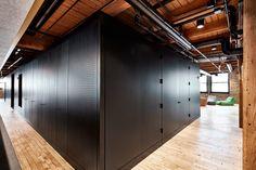 Ruang kantor modern ini tadinya adalah bekas gudang miliki perusahaan industri. #kantor #kantormodern