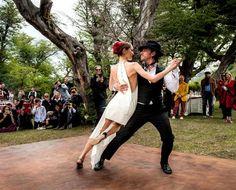 O casamento fashionista de Sofía Sanches Barrenechea & Alexandre de Betak: os noivos dançaram tango! (Foto: Reprodução Vogue America) www.yeswedding.com.br/pt/antena-yes/post/um-casamento-e-cinco-looks