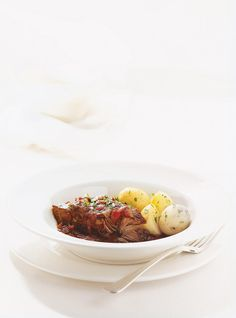 Beef braised in Red Wine  Recipes Wine Recipes, Beef Recipes, Chicken Recipes, Gluten Free Wine, Ricardo Recipe, Carne, Red Wine, Lamb, Slow Cooker