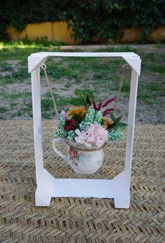 Columpio con centro de flores en bote de cristal Wooden Pallet Projects, Colorful Roses, Do It Yourself Projects, Container Plants, Your Paintings, Unique Colors, Beautiful Gardens, Flower Pots, Wood Crafts