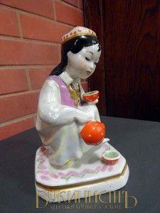 Девочка-узбечка, разливающая чай (маленькая хозяйка), фарфор, Дулево