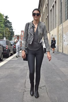 Anyone here who does not know Kendall Jenner? The sister of Kylie Jenner is always amazing when dressed. Or bandage dress that she wore very simple to luxurious, it still looks beautiful. Kendall Jenner Style, Kylie Jenner, Fendi, Cool Street Fashion, Milan Fashion, Fall Fashion, Fashion Trends, Gray Jacket, Star Fashion
