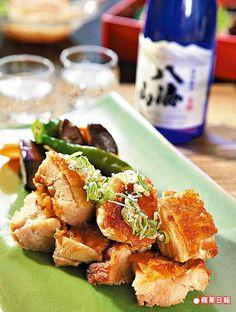雞肉鹽燒及野菜1080元午間套餐主菜 去骨雞腿排在煎的過程中,會淋上八海山純米吟釀,皮酥肉嫩彈。
