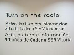 Este 2015 se cumplen 90 años desde la primera emisión radiofónica en Euskadi. Arte, cultura e información son tres de los pilares básicos de los contenidos radiofónicos desde el nacimiento del medio, y esta muestra pretende ser un homenaje a la radio y a quienes se han dedicado a ella durante estas décadas. (José Luis Martín Sánchez, director SER Vitoria).