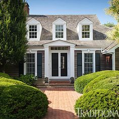 A lovely Shingle style home in the Hamptons Interior Exterior, Exterior Design, Cottage Exterior, Exterior Siding, Second Empire, Cozy Cottage, Maine Cottage, Coastal Cottage, Beach Cottages