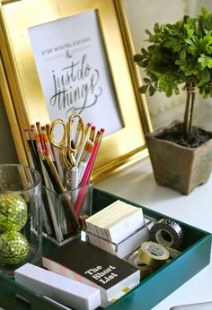 Michelle - Blog #Home #Office - #Details on the #desk Fonte : http://theeverygirl.com/essentials-for-a-home-office