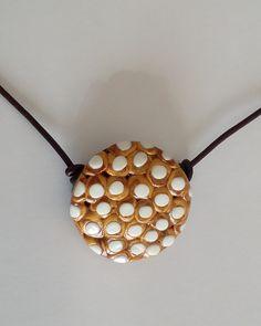 "Halskette ""blanco-oro"" Halsschmuck – Unikate Schmuck Ceiling Lights, Pendant, White Necklace, Hang Tags, Pendants, Outdoor Ceiling Lights, Ceiling Fixtures, Ceiling Lighting"